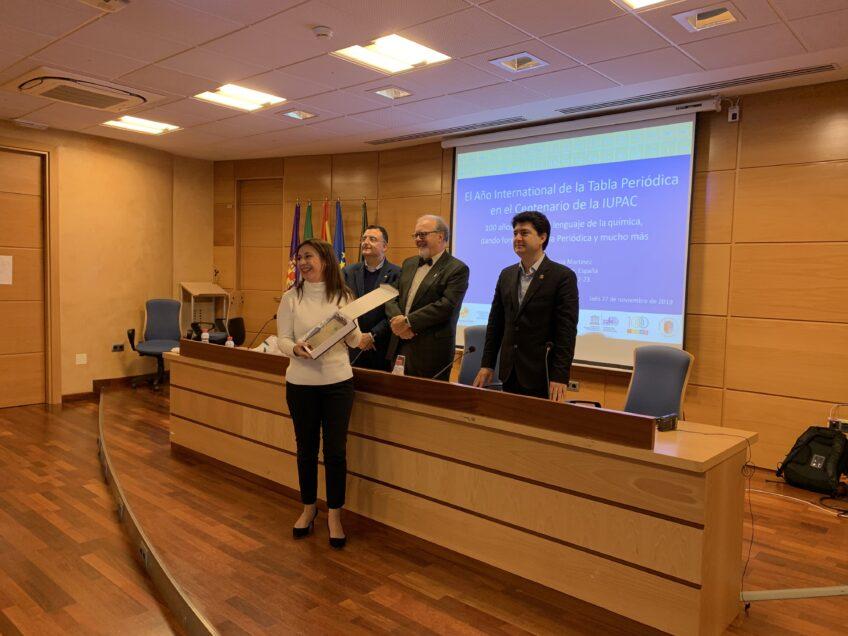 Mención de honor a la profesora de Física y Química,doña Teresa Ordóñez Ortega